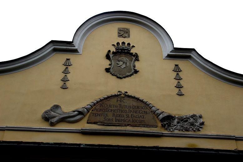 A homlokzat a Csáky-címerrel