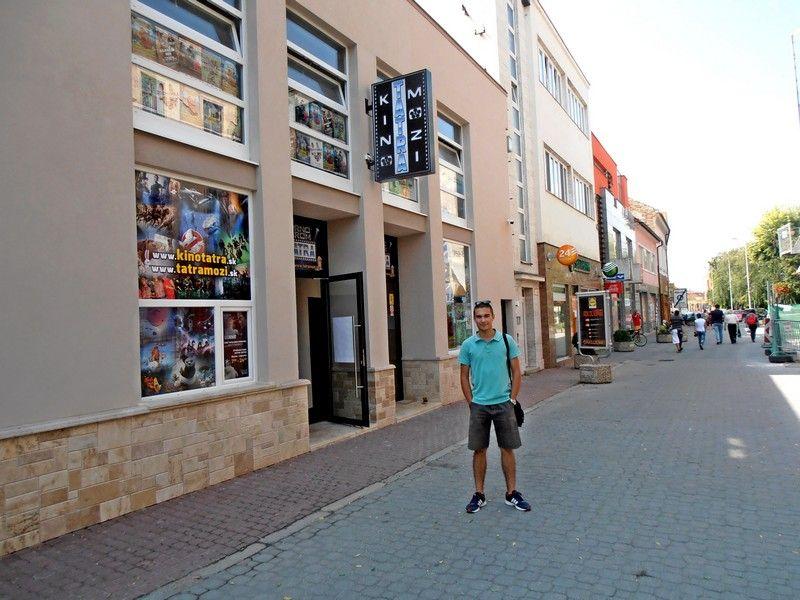A komáromi Tatra mozi előtt (Fotó: Bárány János/Felvidék.ma)