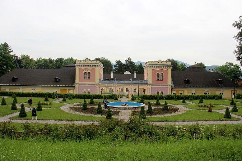 A kastély a park felől