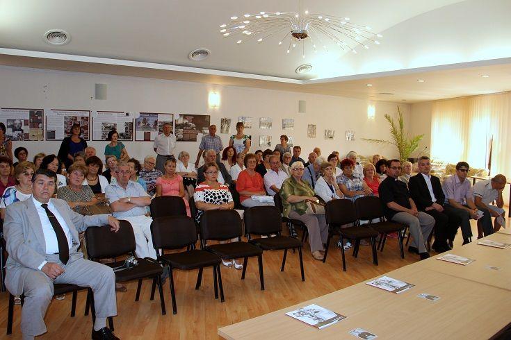 A kiállítás-megnyitó résztvevői. Fotó: Balassa Zoltán