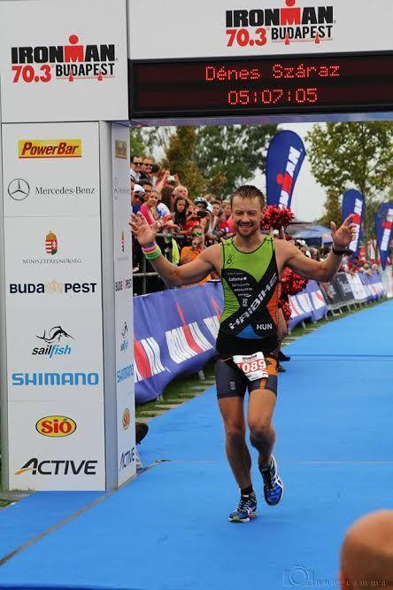 Száraz Dénes egy triatlonversenyen. Fotó: a művész archívuma