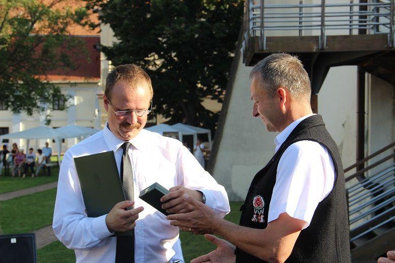 A kitüntetéseket Szesztay Ádám, főkonzul nyújtotta át, a képen Mitro Csabának. Fotó: Balassa Zoltán