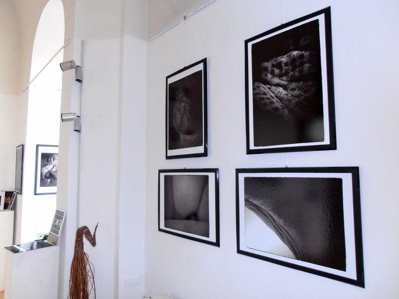 Fekete-fehér fényképek a fehér falakon (Fotó: Bárány János/Felvidék.ma)