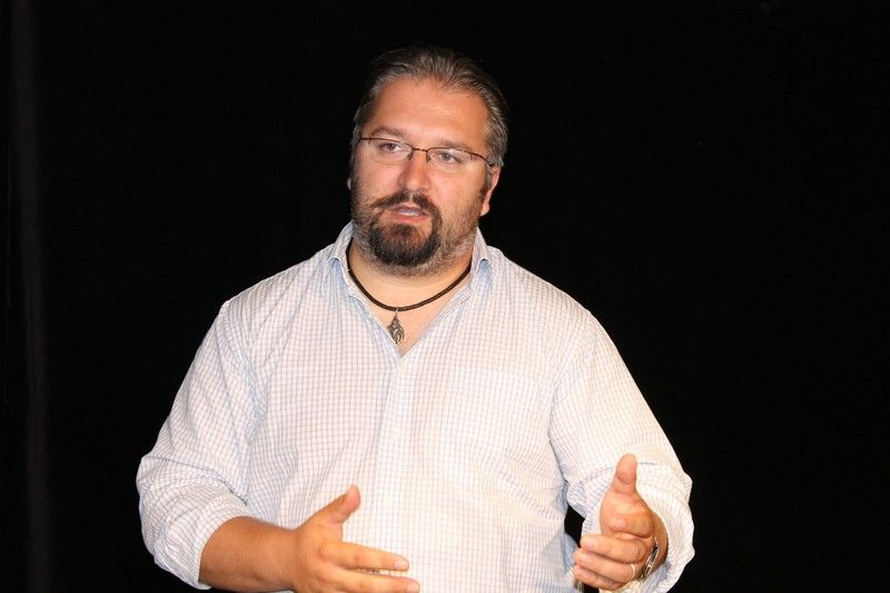 Dobai Tibor, a színház gazdasági igazgatója tájékoztatott a gazdasági beruházásokról valamint az intézmény működéséhez szükséges anyagi forrásokról Fotó: Szalai Erika