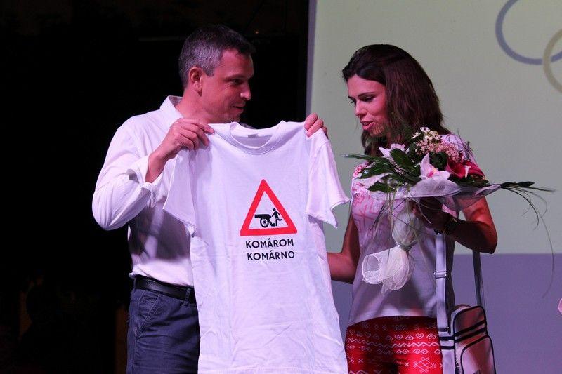 Keszegh Béla alpolgármester eredeti komáromi ajándékkal lepte meg Ódor Évát (Fotó: Szalai Erika/Felvidék.ma)