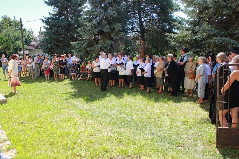 Koszorúzási ünnepség a II. világháborúban elesettek emléktáblájánál (Fotó: Beke Beáta/Felvidék.ma)