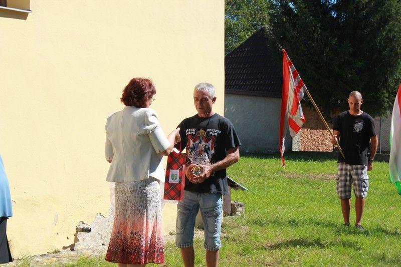 Takács Ágnes, Lekenye polgármestere köszönetet mond Jécsák Lászlónak, aki kezdeményezte a találkozást (Fotó: Beke Beáta/Felvidék.ma)