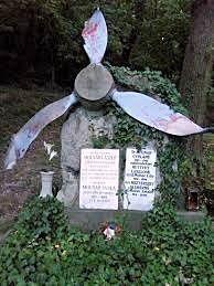 Repülőgépének légcsavarja Molnár hadnagy sírján