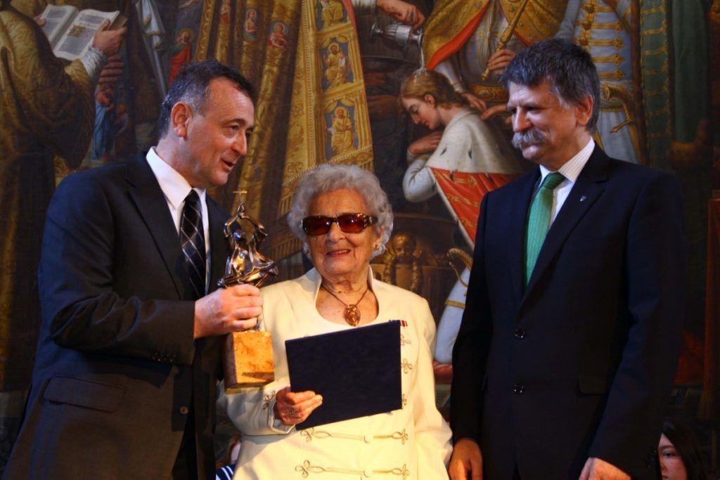 2014-ben vette át a Szent István díjat