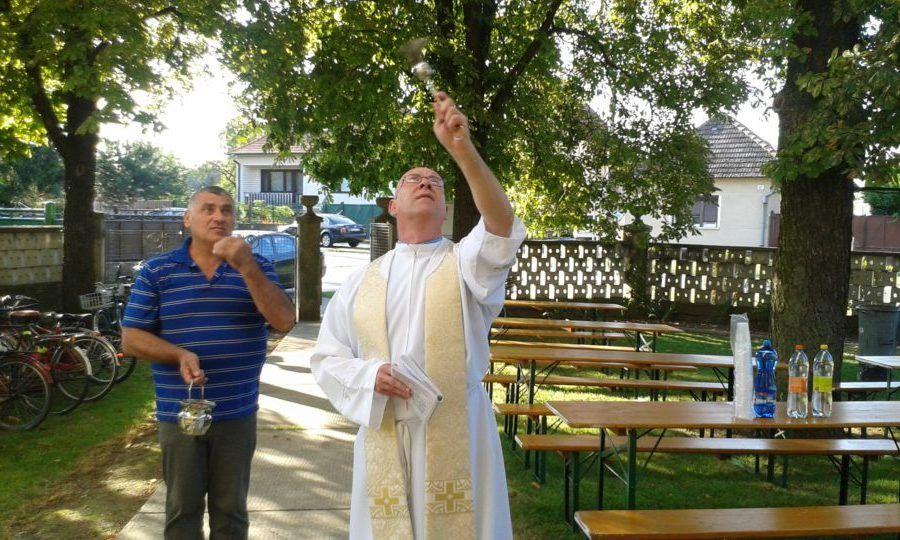 Bíró Sándor atya megáldja a közadakozásból felújított harangokat