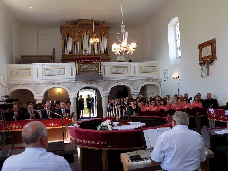 A Himnuszra készülve a hanvai református templomban (Fotó: Homoly Erzsó/Felvidék.ma)
