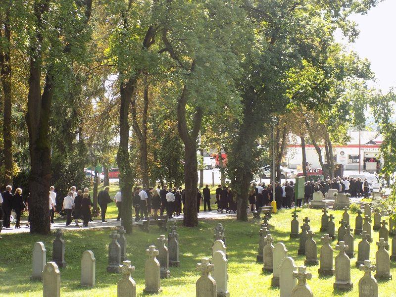 A gyászmenet a kapuig kísérte Ilonka nénit (Fotó: HE)