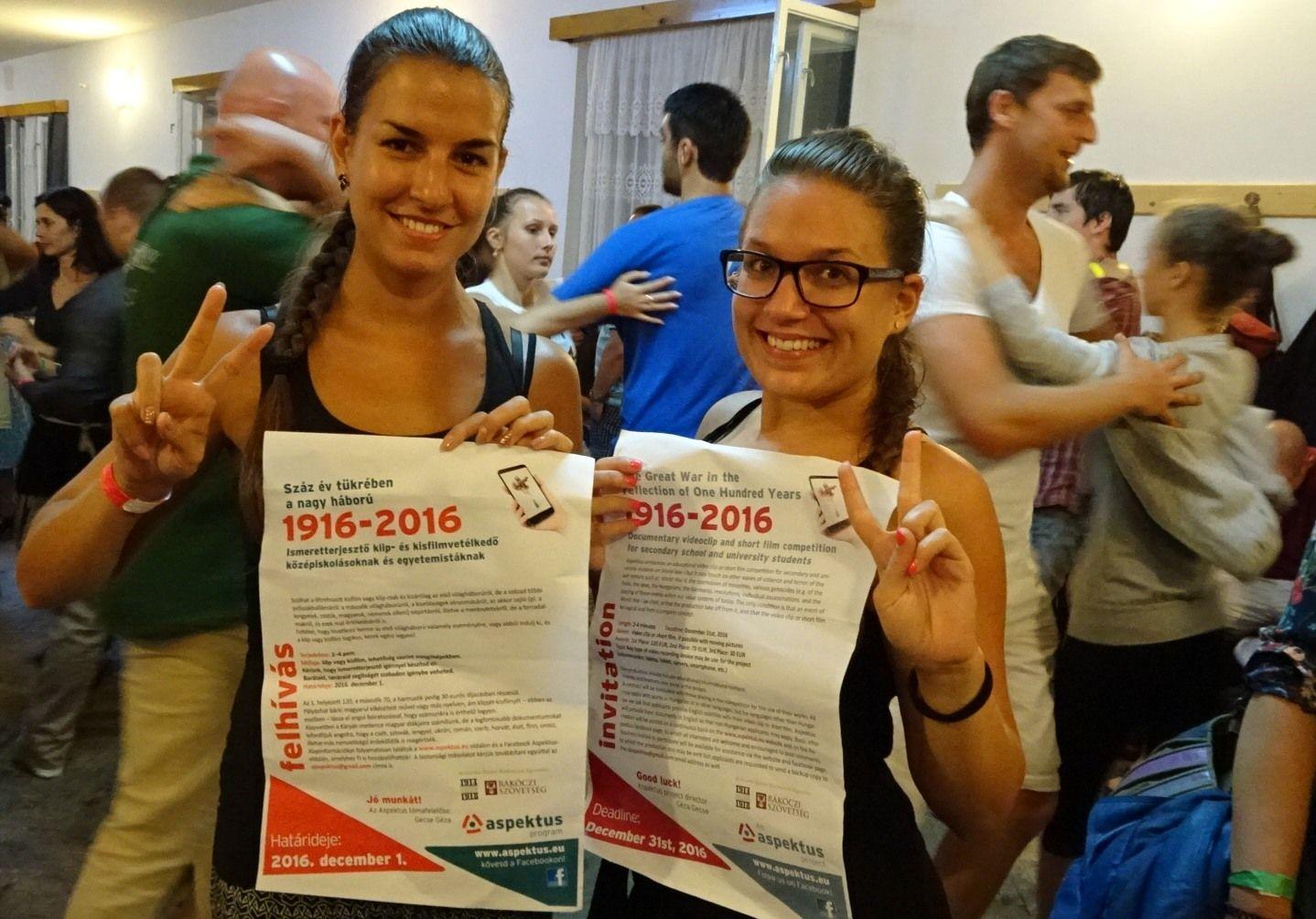 Kalotaszentkirályi táncosok a klipvetélkedő plakátjával a táncházban. Fotó: Gecse Géza