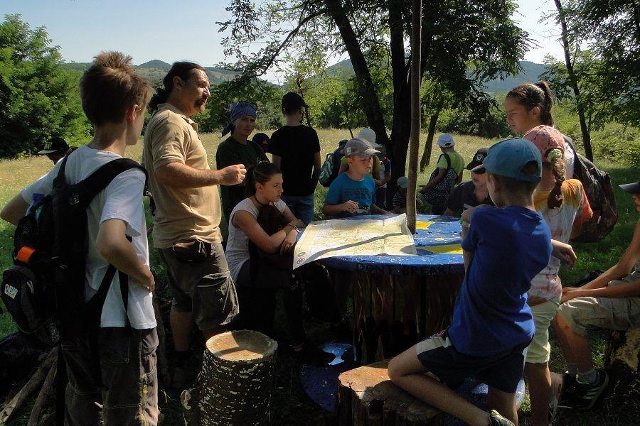 Ismerkedés a térképekkel és a természettel Ajnácskőn Balázs Csaba vezetésével (Fotó: Puntigán József)