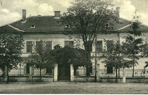 A Polgári Iskola egy régi képeslapon. (Fotó: Csáky Károly  repr.)