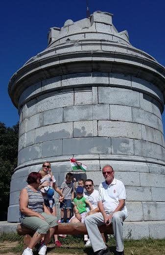 A Zobor-hegyi emlékmű torzója előtt