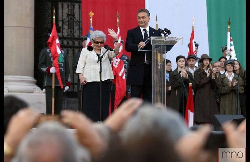 A balogvölgyiek nagyon büszkék voltak Ilonka nénire, amikor Orbán Viktor magyar miniszterelnök oldaláról integetett az övéinek a TV-n keresztül (Fotó: MNO)