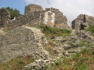 A felújított drégelyi romok Csáky Károly felvételén