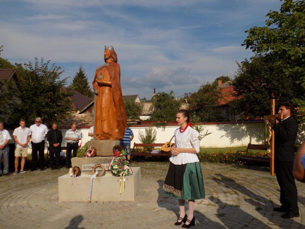 A megkoszorúzott szobornál Mikó Alexandra mond mindenkinek köszöntet (Fotó: Homoly Erzsó/Felvidék.ma)