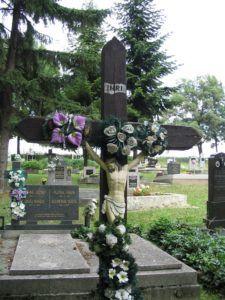 A temető régi vaskorpusza egy fakereszten. )Fotó: Csáky Károly)