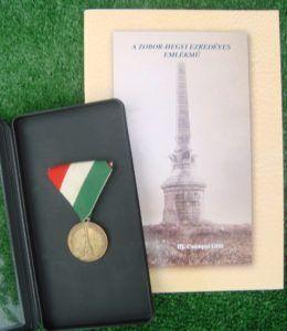 Az emlékművel foglalkozó könyv és a milleniumi emlékérem