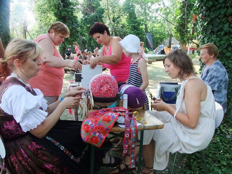 Baisová Púchovsky Zsuzsa tanítványával bemutatót tart az I. Martosi Szabadegyetemen (Fotó: TK)