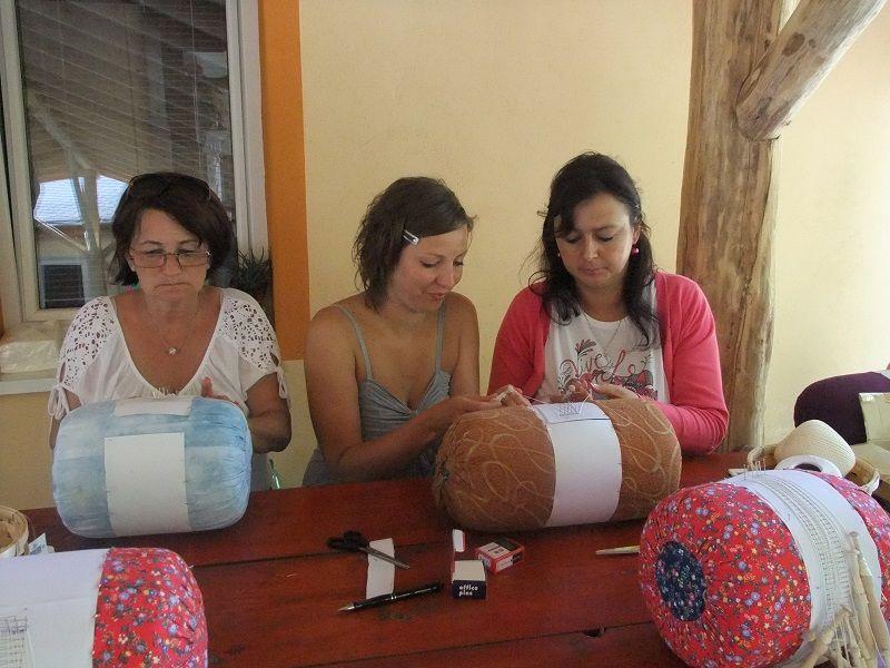 Csipkeverés a kézműves táborban (Fotó: TK)