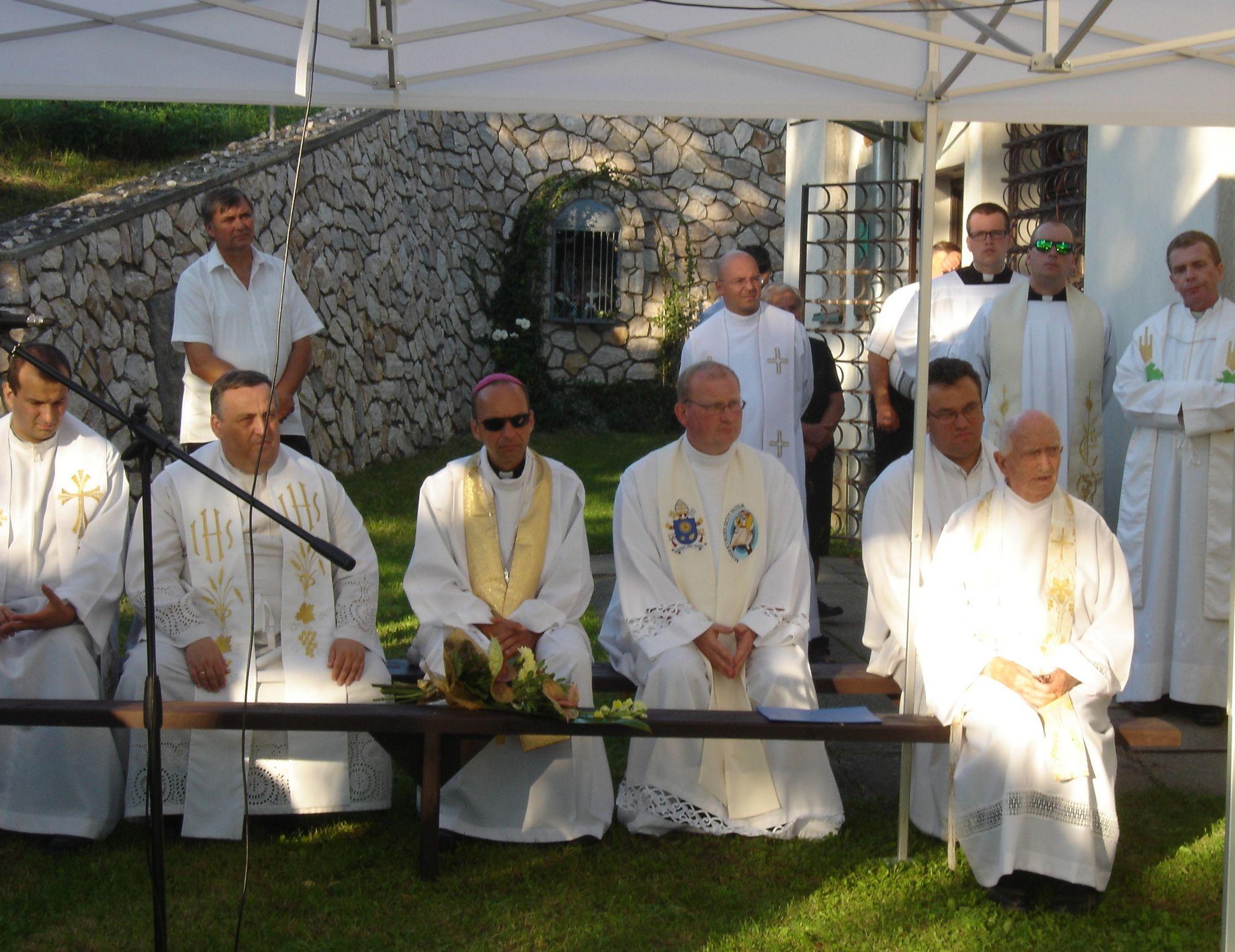 Haľko József püspök és paptestvérei a templomkertben tartott kegyeleti megemlékezésen. Fotó: Bodzsár Gyula