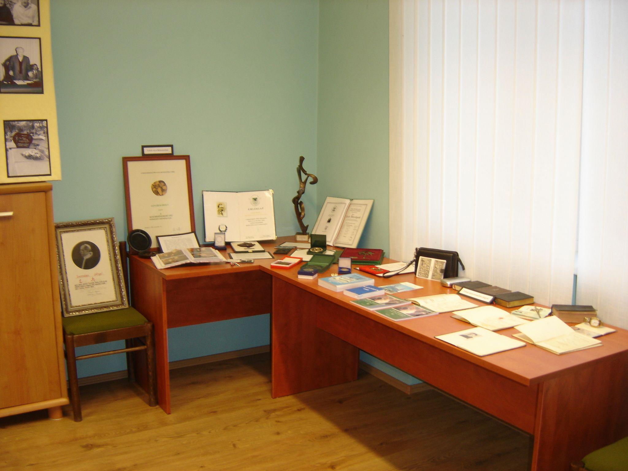 Lénár Károly személyes tárgyaiból rendezett kiállítás egy része. Fotó: Bodzsár Gy.