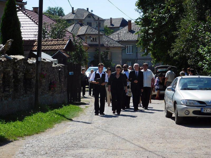 Menet a templom felé (Fotó: Tóth Tímea)