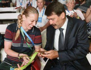 Áder János köztársasági elnök és Szász Emese olimpiai bajnok párbajtőr vívó a riói Magyar Házban 2016. augusztus 9-én. (MTI Fotó: Bruzák Noémi)