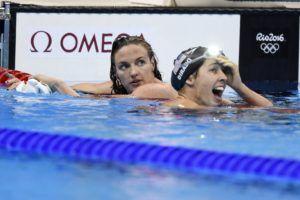A gyõztes amerikai Maya Dirado és a második helyezett Hosszú Katinka a célban (MTI Fotó: Kovács Tamás)