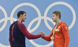 A gyõztes amerikai Michael Phelps és a bronzérmes Kenderesi Tamás a férfi 200 méteres pillangóúszás eredményhirdetésén (MTI Fotó: Illyés Tibor)