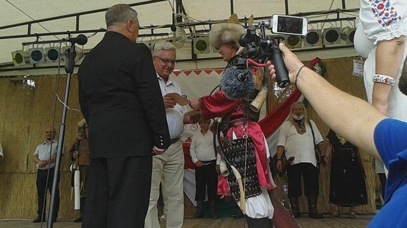 Duray Miklós átveszi a díjat (Fotó: BB)
