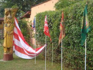 Huba vezér szobra a jurta udvarában a történelmi zászlókkal