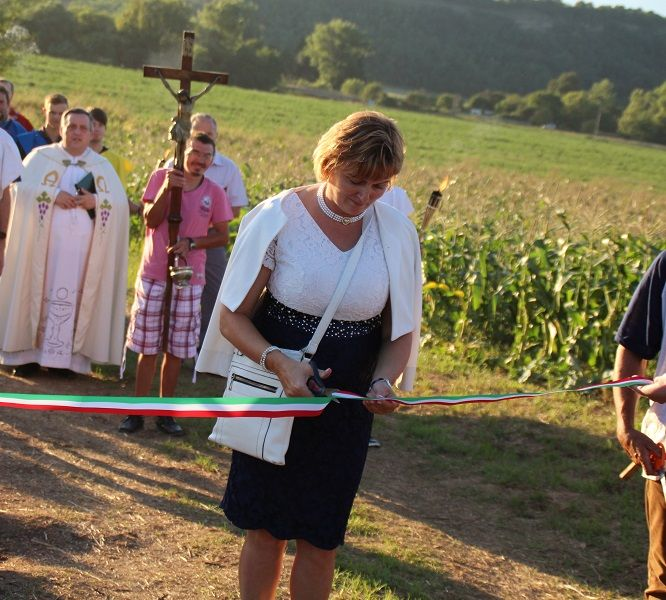 Szkladányi Helység Anikó, a község polgármestere vágta át a szalagot (Fotó: Pásztor Péter)