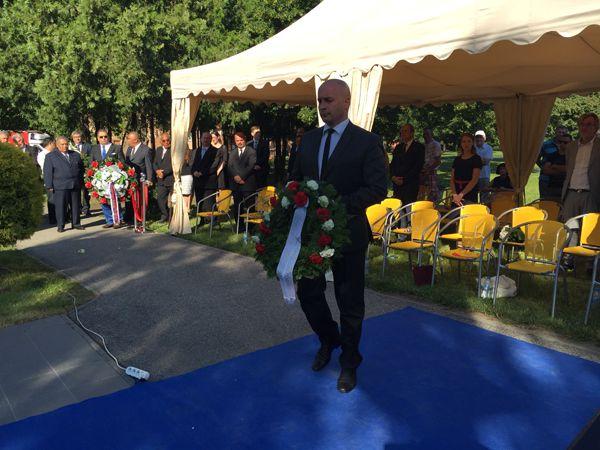 A Magyar Közösség Pártja nevében a pártelnök, Menyárt József helyezett el koszorút (Fotó: SzK)