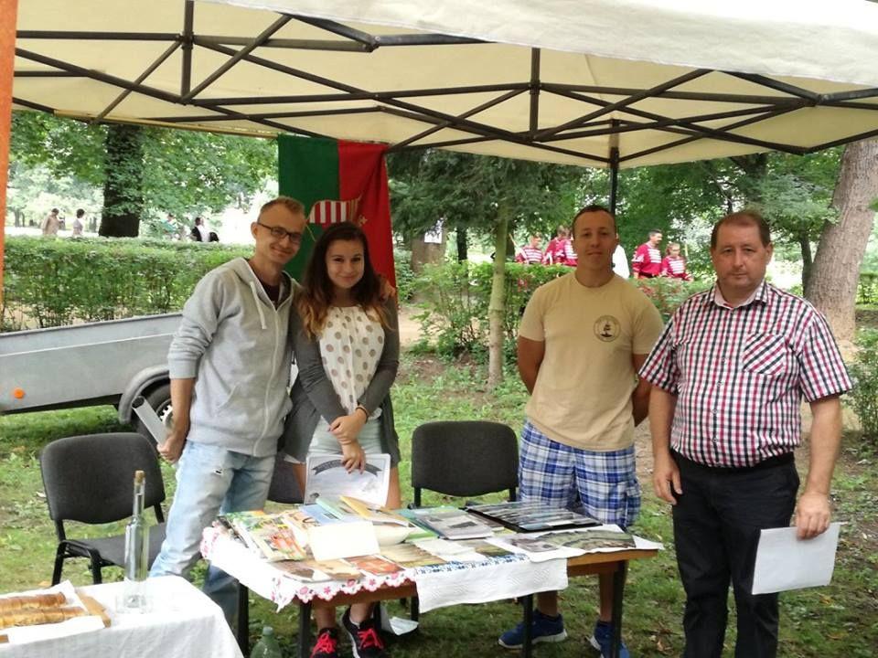 A társulás önkéntesei a Palóc Világtalálkozón Agócs Gyula almágyi polgármesterrel. Balról Vincze Gábor (Fotó: Agócs Ildikó, facebook)