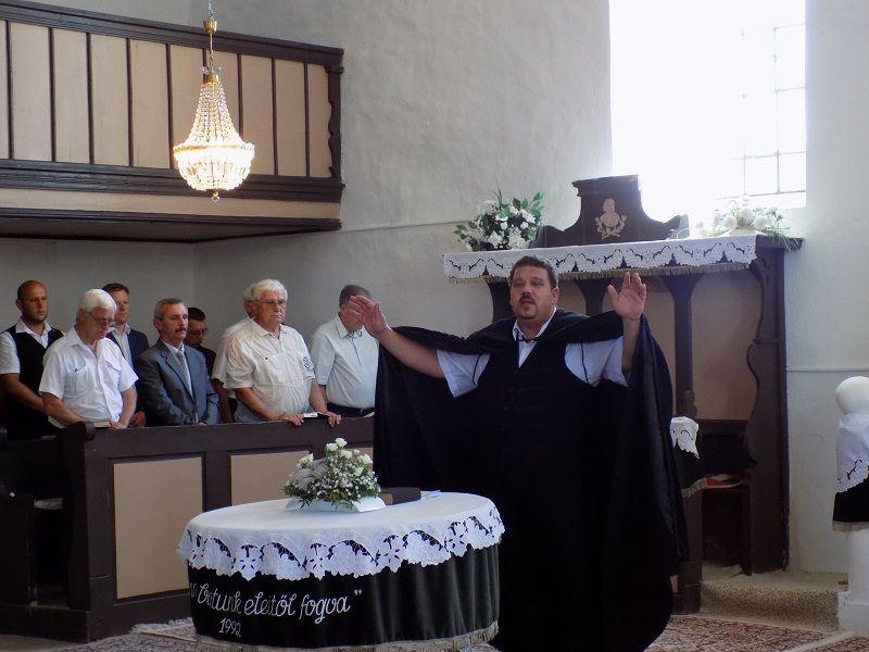 Nt. Gál László áldást mond (Fotó: Homoly Erzsó/Felvidék.ma)