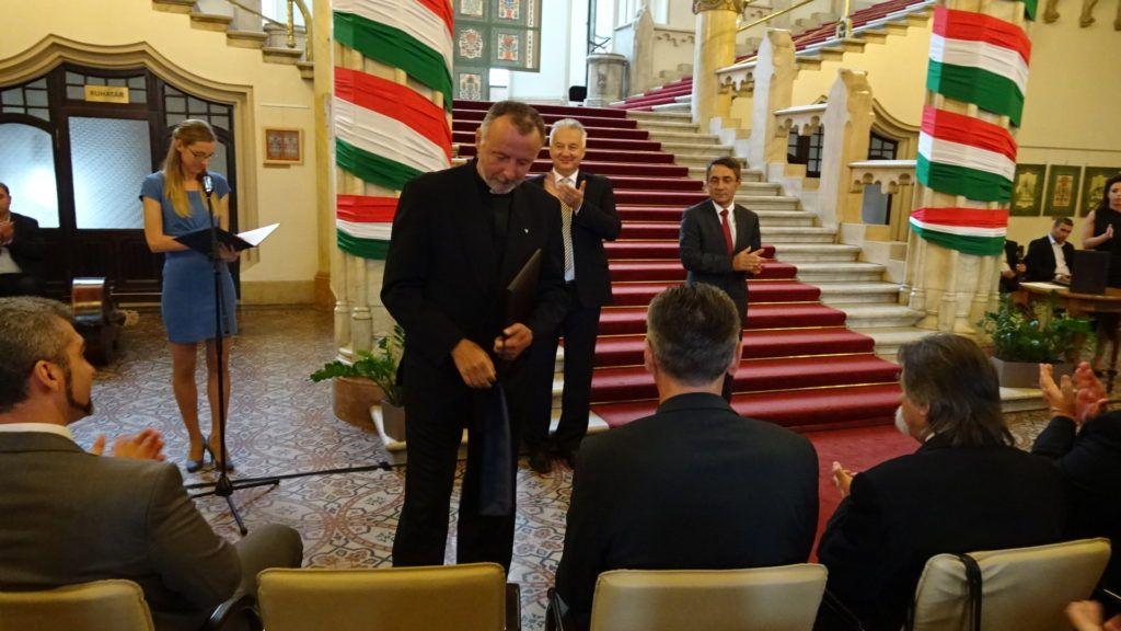 A díj átvételekor (Fotó: Gecse Géza/Felvidék.ma)