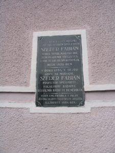 Szeder Fábián emléktáblája a csábi templom külső falán (Fotó: Csáky Károly)