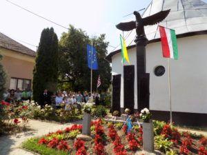 A pompás turul-szobor Rás községben (Fotó: Homoly Erzsébet/Felvidék.ma)