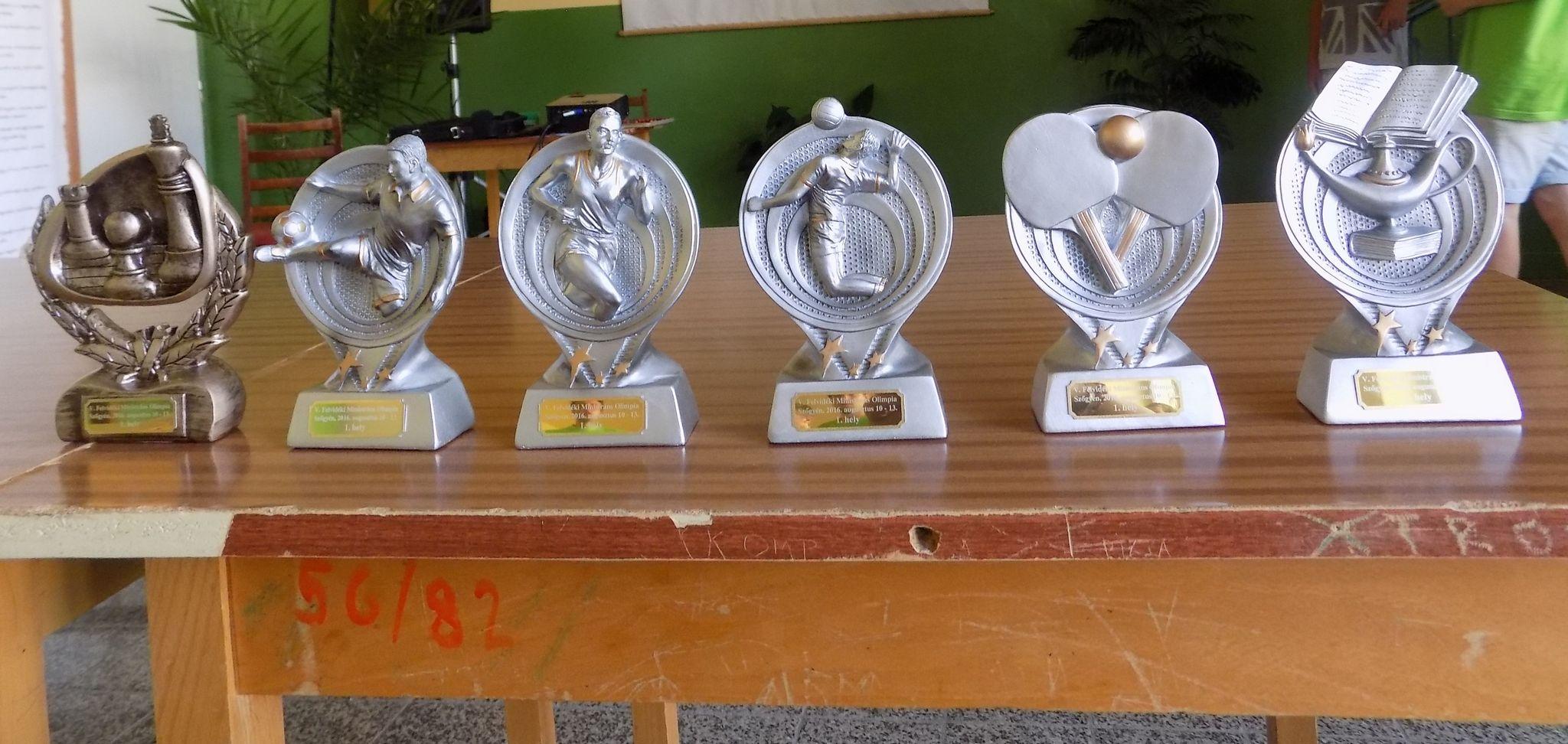 Az első helyezettek díjai. Fotó: Berényi Kornélia
