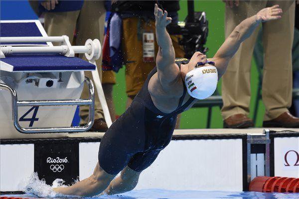 Hosszú Katinka rajtol a női 200 méteres hátúszás döntőjében a riói nyári olimpián a Rio de Janeiró-i Olimpiai Uszodában 2016. augusztus 12-én. A magyar úszónő a második helyen végzett. (Fotó: Kovács Tamás, MTI)