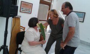 Janiga Évát Lipcsey György szobrászművész virággal köszöntötte