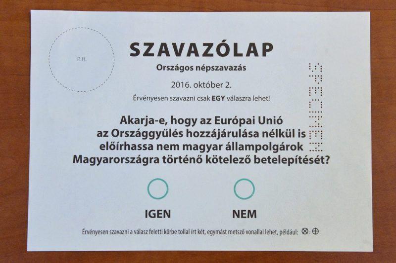 A Nemzeti Választási Bizottság augusztus 3-án hagyta jóvá az októberi népszavazás szavazólapjainak mintáit. (MTI Fotó: Máthé Zoltán)