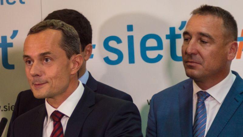 Procházka inkább nem néz hátra. Mögötte az új pártelnök. Fotó: aktuality.sk