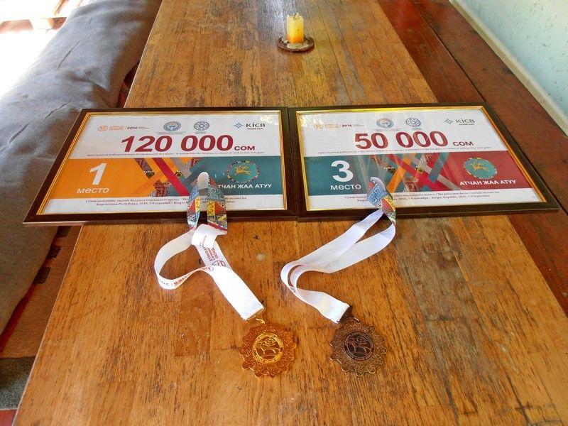 . A második Nemzetközi Nomád Játékokon szerzett érmek Gútán, az udvaron (Fotó: Bárány János)