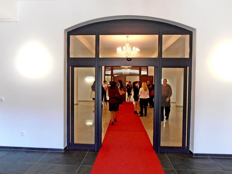 Piros szőnyegen érkeztek a résztvevők. (Fotó: Bárány János/Felvidék.ma)