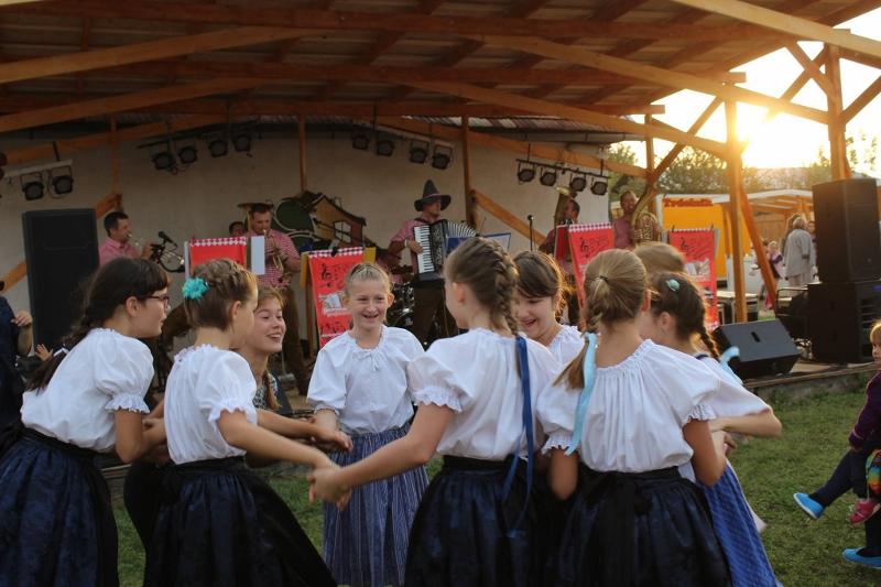 A Dunabogdányi Általános Művészeti Iskola nemzeti gyermek tánccsoportja (Fotó: Berényi Kornélia/Felvidék.ma)